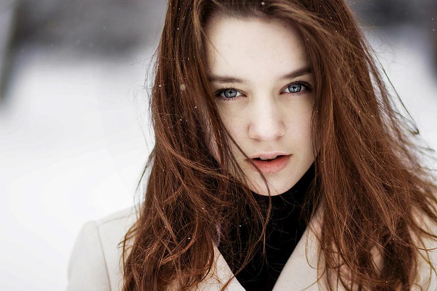 Серо-голубые глаза, коричневые волосы
