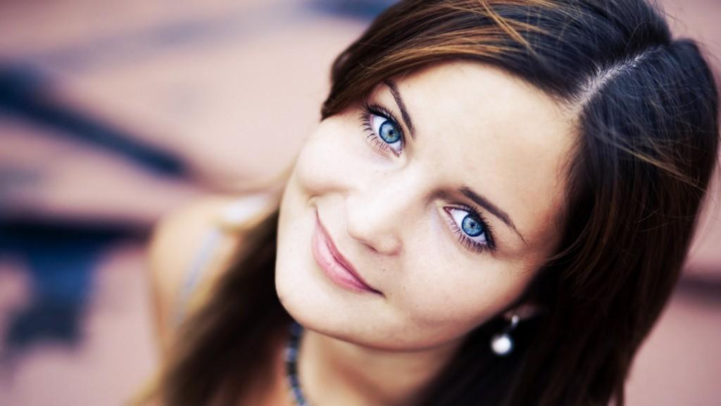 Голубые глаза, тёмные волосы