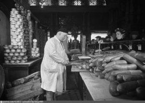 1952 Продажа колбасных изделий в Елисеевском магазине.