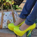 С чем носить жёлтые туфли?