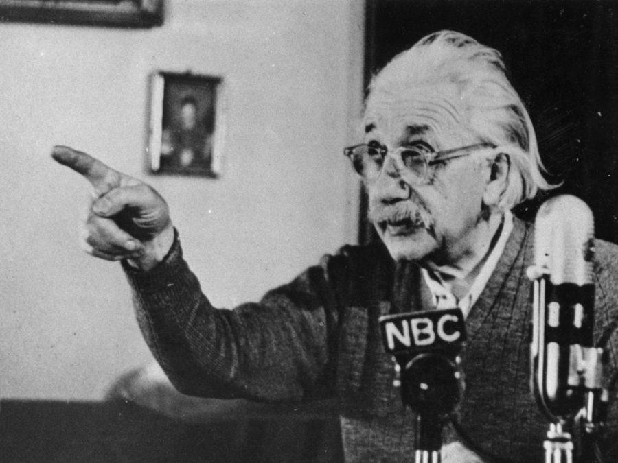 Альберт Эйнштейн записывает одну из своих лекций