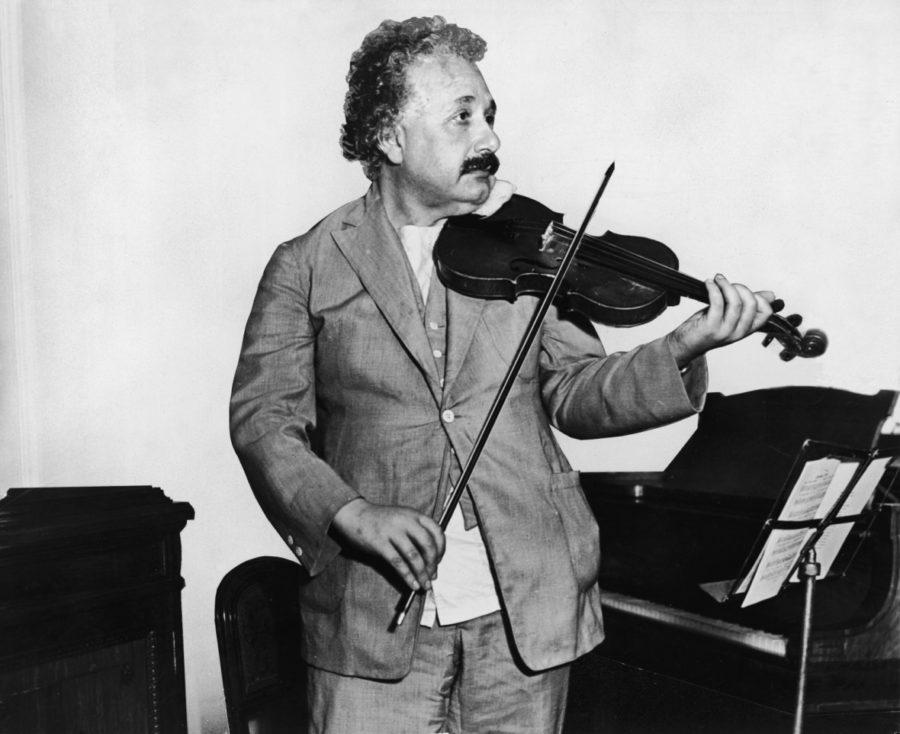 Эйнштейн играет на скрипке
