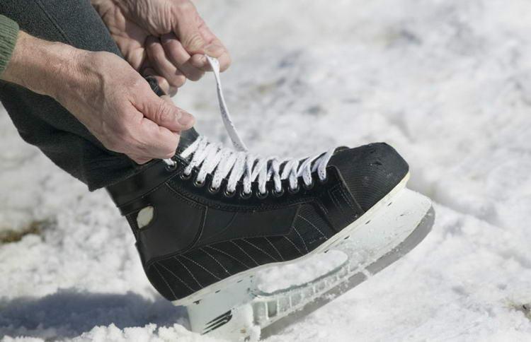 Затягивать шнурки на коньках нужно с силой