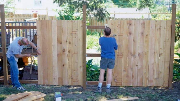 Заборы деревянные своими руками видео