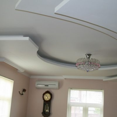 потолок из гипсокартона в коттедже