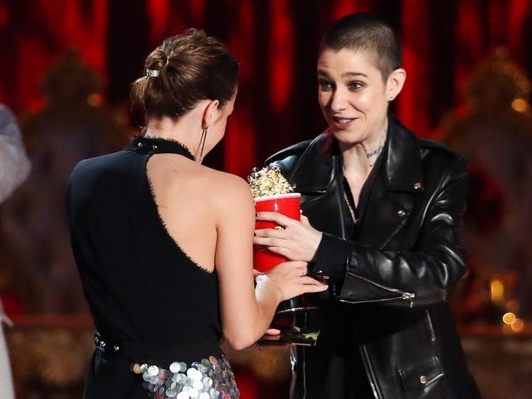 Эмма Уотсон принимает награду от Эйши Кейт Дилон.