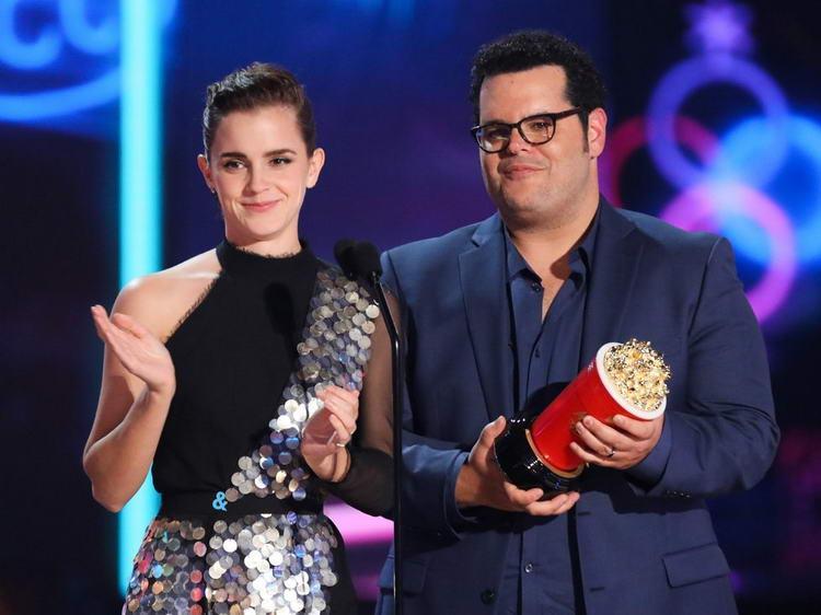 Эмма Уотсон и Джош Гад на сцене на церемонии вручения премий MTV Movie & TV.