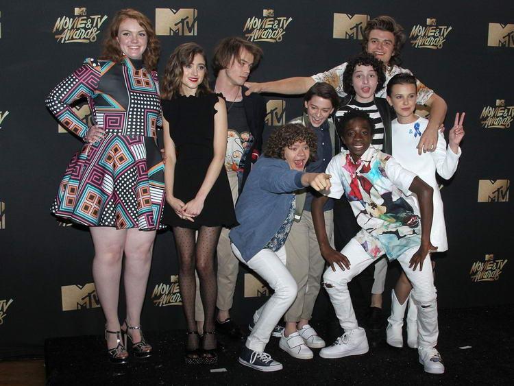 Милли Бобби Браун (справа) вместе с остальными участниками «Очень странных дел» на церемонии MTV Movie & TV Awards.