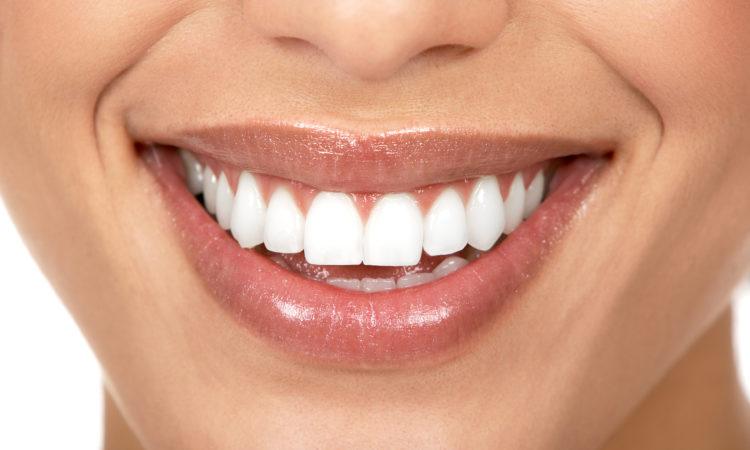 У кого из артистов зубы керамические