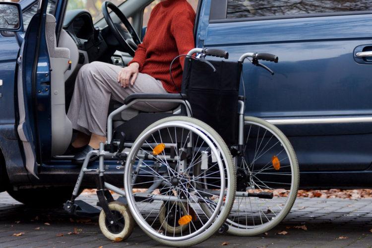 Кто имеет право на установку знака «Инвалид за рулем»?</p> <p> На дорогах нередко можно увидеть автомобили, имеющие наклейки на окнах.</p> <p> Встречаются и значки, которые копируют знак «Инвалид». Согласно правилам, люди с подобными наклейками на своем авто могли пользоваться особыми привилегиями при парковке.</p> <p> Некоторые недобросовестные автомобилисты начали устанавливать на свои автомобили подобные значки и пользоваться льготами против правил. В 2021 году можно не предъявлять медсправку, которая подтверждает проблемы со здоровьем, инспекторам ГИБДД. Сегодня инспектор, остановив машину, на которой имеется табличка «За рулем инвалид», вправе потребовать от водителя медицинскую справку.</p> <p> Если документ отсутствует, инспектор может назначить штраф.</p> <p> Главные положения Сначала стоит рассмотреть главные действующие правила. Нарушение этих правил может повлечь за собой наложение штрафа. Знак инвалид на автомобиле согласно ПДД может устанавливаться по воле водителя, у которого имеется на это основание.</p> <p> Клеится он на ветровое или на заднее стекло. Также он может быть поставлен и на ТС, которое осуществляет перевозку людей с ограниченными возможностями. <!-- Yandex.RTB R-A-252692-1 --> <!-- Yandex.RTB R-A-252692-3 --> var userAgent = window.navigator.userAgent; if (!/Android|iPad|iPhone|iPod/.test(userAgent)) { (function(w, d, n, s, t) { w[n] = w[n] || []; w[n].push(function() { Ya.Context.AdvManager.render({ blockId: » r-a-252692-1″, renderto: «yandex_rtb_r-a-252692-1″, async: true }); }); t=»d.getElementsByTagName(» script»)[0];» s=»d.createElement(» script»);» s.type=»text/javascript» ; s.src=»//an.yandex.ru/system/context.js» ; s.async=»true;» t.parentnode.insertbefore(s, t); })(this, this.document, «yandexcontextasynccallbacks»); }else{ (function(w, d, n, s, t) { w[n]=»w[n]» || []; w[n].push(function() { ya.context.advmanager.render({ blockid: «r-a-252692-3», renderto: «yandex_rtb_r-a-252692-3″, async: true }); }); t=»d.getElementsByTagName(»