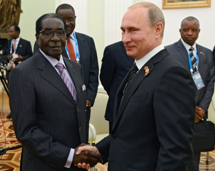 10 мая 2015. Президент Российской Федерации Владимир Путин (справа) и президент Республики Зимбабве Роберт Мугабе во время встречи в Кремле.